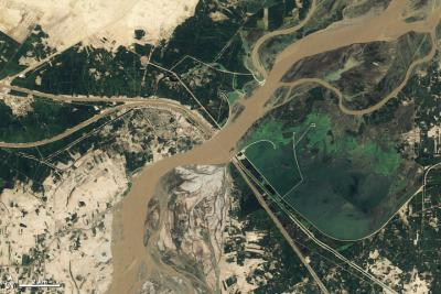Seasonal changes along the Indus River. Credit: NASA image by Robert Simmon and Jesse Allen, based on Landsat 5 data from the USGS Global Visualization Viewer.